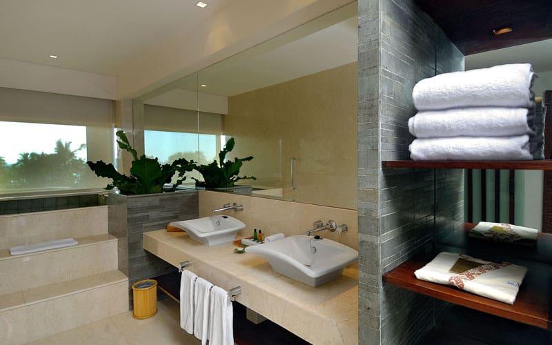 junior club suite bathroom
